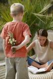 Jeune garçon avec des fleurs image stock