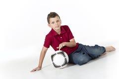 Jeune garçon avec du ballon de football d'isolement sur le fond blanc Photos libres de droits