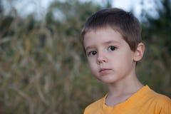 Jeune garçon avec l'expression songeuse triste Photographie stock libre de droits