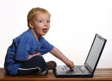 Jeune garçon avec l'ordinateur photos libres de droits