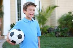 Jeune garçon avec la bille de football photographie stock libre de droits
