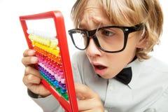 Jeune garçon avec la calculatrice de jouet d'abaque Photographie stock