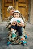 Jeune garçon avec la grand-mère dans la ville murée historique de la route en soie photos libres de droits