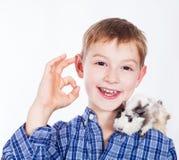 Jeune garçon avec le cobaye Photographie stock libre de droits