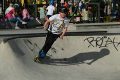 Jeune garçon avec le kickbike sur la rampe dans un Skatepark Espoo, Finlande photo stock