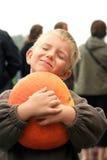 Jeune garçon avec le potiron. photographie stock