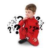 Jeune garçon avec penser à la question Image stock