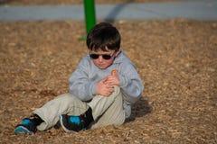 Jeune garçon avec un genou de mal Photographie stock libre de droits