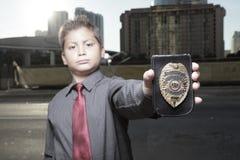 Jeune garçon avec un insigne Photographie stock
