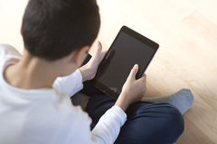 Jeune garçon avec une tablette mobile Photos libres de droits