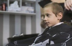 Jeune garçon blond obtenant une coupe de cheveux photos libres de droits