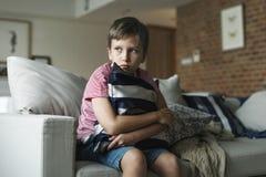 Jeune garçon caucasien avec émotion soumise à une contrainte images stock