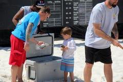 Jeune garçon choisissant les poissons de mulet pour jeter en concurrence, la Flora-Bama, la Côte du Golfe, la Floride et l'Alabam Photos libres de droits