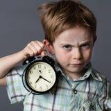 Jeune garçon contrarié reprochant à quelqu'un pour être en retard, concept de temps Images libres de droits