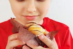 Jeune garçon coupé avec un gâteau aux pommes sur la fin blanche de fond  images stock