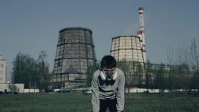 Jeune garçon couru contre des cheminées d'usine Concept de pollution atmosph?rique Portrait haut étroit de jeune usine de witn de clips vidéos