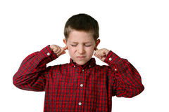 Jeune garçon couvrant ses oreilles, projectile de studio Image libre de droits