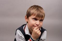 Jeune garçon curieux photographie stock