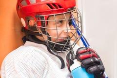 Jeune garçon dans l'uniforme de hockey sur glace photographie stock