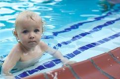 Jeune garçon dans la piscine Photos stock