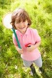 Jeune garçon dans le domaine avec le gant de baseball de réseau et d'anomalie Photos libres de droits