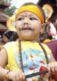 Jeune garçon dans le festival des vaches (Gaijatra) Photos libres de droits