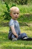 Jeune garçon dans le jardin photo stock