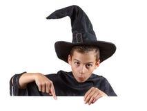 Jeune garçon dans le magicien de costume de carnaval d'isolement en fonction Photos stock