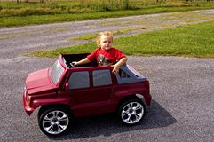 Jeune garçon dans le véhicule image libre de droits