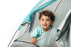 Jeune garçon dans une tente Photo libre de droits