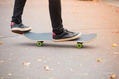 Jeune garçon de patin faisant le tour en parc de patinage dehors Concept de sport Photo libre de droits
