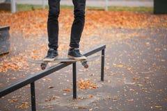 Jeune garçon de patin faisant le tour en parc de patinage dehors Concept de sport Photographie stock
