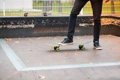 Jeune garçon de patin faisant le tour en parc de patinage dehors Concept de sport Images libres de droits