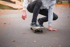 Jeune garçon de patin faisant le tour en parc de patinage dehors Concept de sport Photos libres de droits