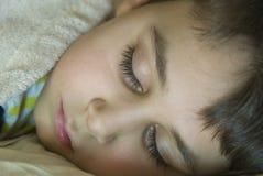 Jeune garçon de sommeil Image libre de droits