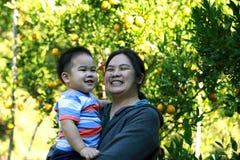 Jeune garçon de sourire et sa mère Photos libres de droits