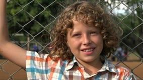 Jeune garçon de sourire heureux clips vidéos