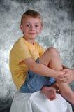 Jeune garçon devant le Ba de photo Photo stock