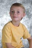 Jeune garçon devant le Ba de photo Images stock
