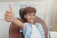 Jeune garçon en bonne santé heureux à la clinique dentaire photographie stock
