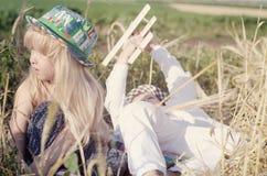 Jeune garçon et fille jouant dans un domaine de blé Image stock