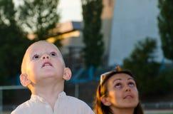Jeune garçon et sa mère regardant Photo libre de droits