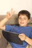 Jeune garçon et un comprimé numérique photo stock