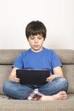 Jeune garçon et un comprimé numérique images libres de droits