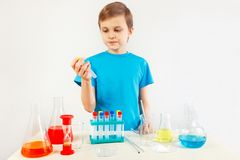 Jeune garçon faisant des expériences chimiques dans le laboratoire Photos libres de droits