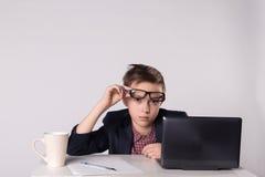 Jeune garçon fatigué d'affaires dans le costume et des lunettes photographie stock