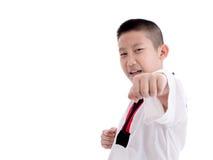 Jeune garçon formant l'action du Taekwondo d'isolement Image stock
