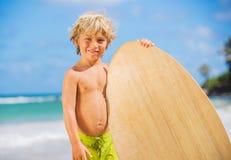 Jeune garçon heureux ayant l'amusement à la plage des vacances Photographie stock