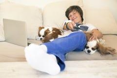 Jeune garçon heureux détendant à la maison Image libre de droits