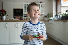 Jeune garçon heureux dans la cuisine photo libre de droits